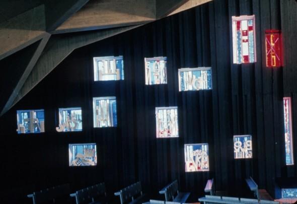 1969 Eglise St. Trinité de Wiesloch, vue des 14 stations du chemin de croix en forme de vitrails