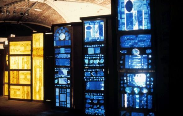 1971 Habiter le vitrail, exposition Halles Baltard. habiter le vitrail, Pavillon 10 sous-sol, devant l'éentrée de l'exposition Picasso