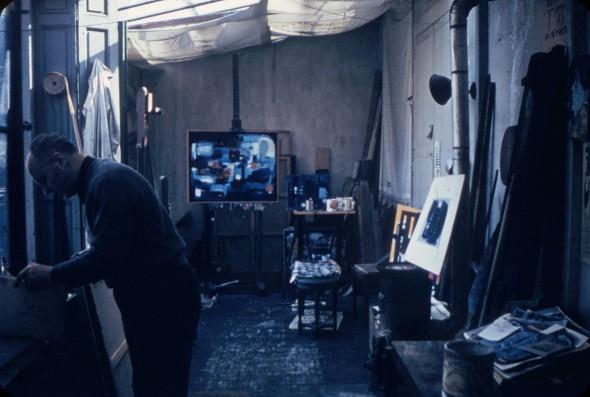 Théo Kerg dans son atelier en 1955, à Paris