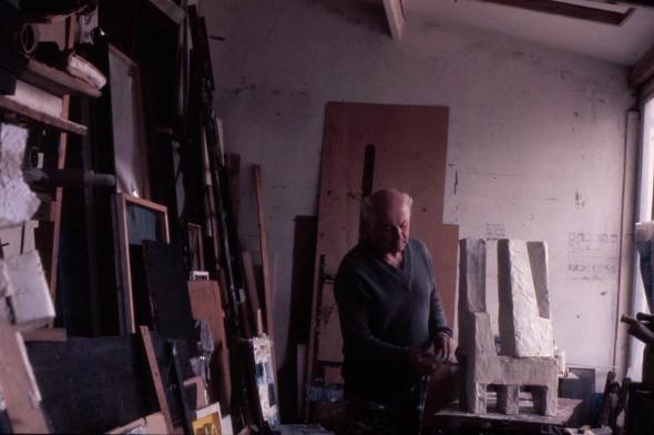 Théo Kerg dans son atelier au 203 rue St. Honoré àa Paris