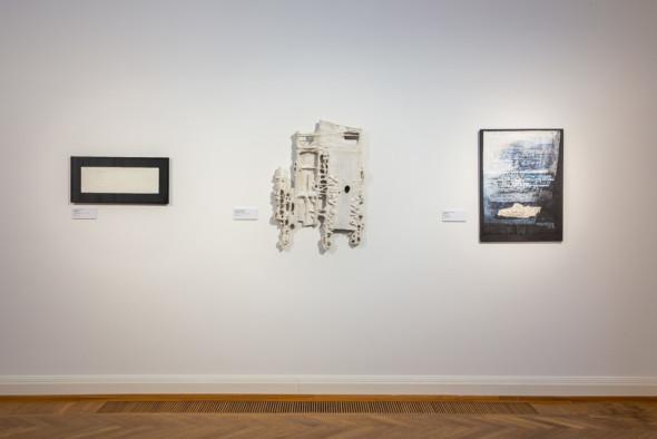 19 – Empreinte – empreinte blanche autour d'un centre blanc (1981) – Message tactiliste, sculpture, bois, carton, papier maché (1977) – Notices, dessin tactiliste (1972-1979)