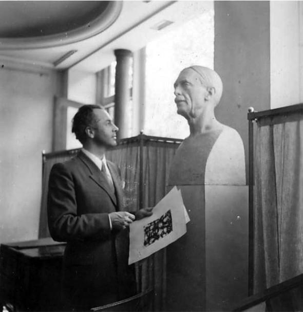 1948 Théo Kerg, début novembre devant le buste de Paul Valery à la Galerie Bellechasse à Paris en 1948