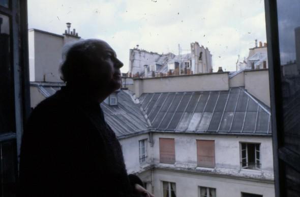 Théo Kerg à la fenêtre de son atelier 203, rue St. Honoré, Paris Ier