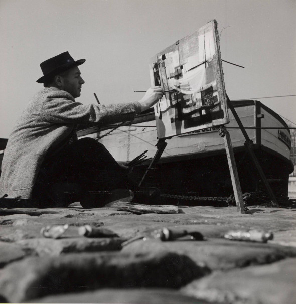 Theo Kerg à Paris au bord de la Seine en 1952, photo J.L. Craven