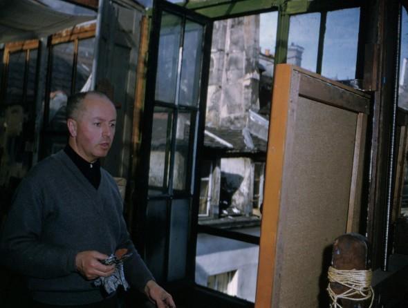 1955 Théo Kerg dans son atelier 203, rue St. Honoré, Paris