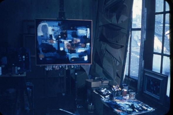 Théo Kerg dans son atelier à Paris en 1955