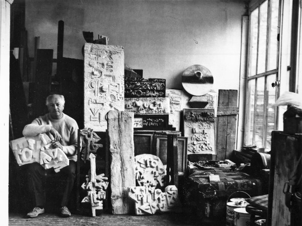 Théo Kerg dans son atelier à Paris, photo Katja Klatt – vers 1975