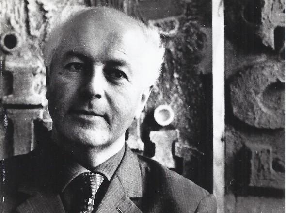 Théo Kerg devant un de ses tableaux dans les années 60, photo Jacques Malnou